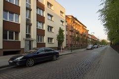 Frühlingsabend an der Pflasterstraße von Klaipeda, Litauen stockbilder