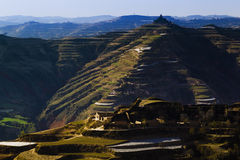 Frühlingsackerland auf Berg Lizenzfreie Stockfotos