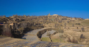 Frühlingsackerland auf Berg Stockfoto