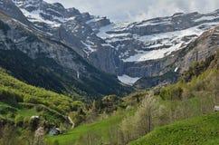 Frühlingsansicht des Bergdorfes Gavarnie lizenzfreie stockfotografie