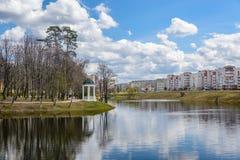 Frühlingsansicht des Stadtparks und -teichs Lizenzfreie Stockbilder