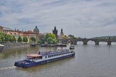 Frühlingsansicht von Charles Bridge lizenzfreies stockfoto