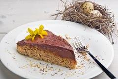 Frühlingsbananen-Hafermehlkuchen mit Schokoladencreme lizenzfreies stockfoto