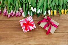 Frühlingsblumen auf dem Brett Stockfotografie