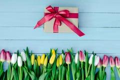 Frühlingsblumen auf dem Brett Stockbilder