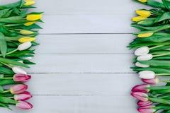 Frühlingsblumen auf dem Brett Stockfoto