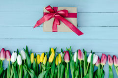 Frühlingsblumen auf dem Brett Lizenzfreie Stockfotos