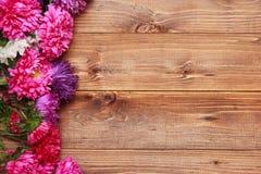 Frühlingsblumen auf hölzernem Hintergrund Stockbild