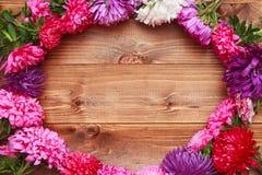 Frühlingsblumen auf hölzernem Hintergrund Lizenzfreies Stockbild