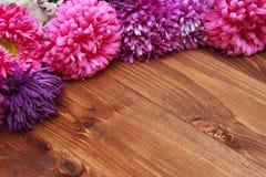 Frühlingsblumen auf hölzernem Hintergrund Lizenzfreie Stockfotos