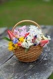 Frühlingsblumen auf Holztisch Stockfotografie