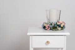 Frühlingsblumen mit Kerze stockbilder