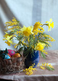 Frühlingsblumen und handgemachte Ostereier Lizenzfreie Stockfotografie