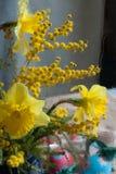 Frühlingsblumen und handgemachte Ostereier Stockfoto