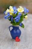 Frühlingsblumen und -inneres Stockfoto