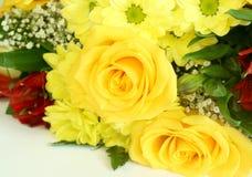 Frühlingsblumenstrauß mit dem gerber getrennt auf Weiß lizenzfreies stockbild