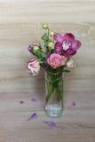 Frühlingsblumenstrauß von Blumen in einem Glasvase stockfotografie