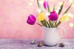 Frühlingsblumenstrauß von Tulpen und von Narzissen in einem weißen Vase Stockbilder
