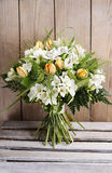 Frühlingsblumenstrauß von Tulpen und von Freesieblumen Lizenzfreies Stockfoto