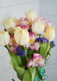 Frühlingsblumenstrauß von Tulpen und von Gartennelken Lizenzfreie Stockfotos