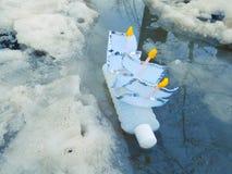 Frühlingsboot mit ihren Händen lizenzfreie stockfotos