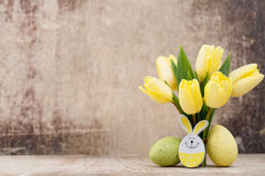 Frühlingsdekor, gelbe Tulpen mit Ostereiern Stockbild