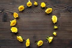 Frühlingsdesign mit Rosen auf hölzernem Draufsichtmodell des Schreibtischhintergrundes Stockbild