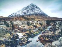 Frühlingsfluß in den schottischen Hochländern Drastische Landschaft von Glen Coe stockbild