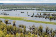 Frühlingsflut auf dem sibirischen Fluss Lizenzfreie Stockbilder