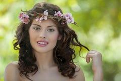 Frühlingsfrau in der Natur Stockbilder