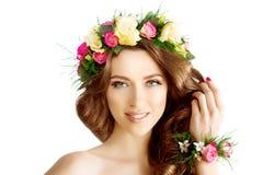 Frühlingsfrau Kranzarmband der Blumen jungen Mädchens schönes vorbildliches lizenzfreies stockfoto