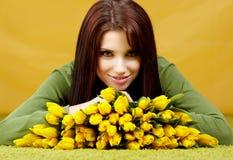 Frühlingsfrau mit Blume stockbild