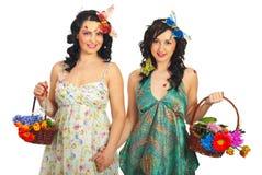 Frühlingsfrauenfreunde mit Blumen Stockfoto