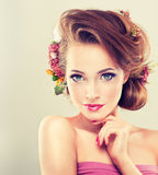 Frühlingsfrische Mädchen mit empfindlichen Pastellblumen Lizenzfreie Stockfotos