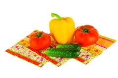 Frühlingsgemüse für Salat auf einem weißen Hintergrund Lizenzfreies Stockfoto