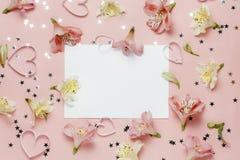 Frühlingsgruß mit Blumen Alstroemeria freier Raum für Text, copyspace Draufsicht, flache Lage Stockfotografie