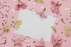 Frühlingsgruß mit Blumen Alstroemeria freier Raum für Text, copyspace Draufsicht, flache Lage Stockbilder