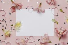 Frühlingsgruß mit Blumen Alstroemeria freier Raum für Text, copyspace Draufsicht, flache Lage Stockbild