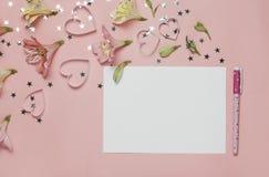 Frühlingsgruß mit Blumen Alstroemeria freier Raum für Text, copyspace Draufsicht, flache Lage Stift und Blatt Papier Lizenzfreie Stockfotos
