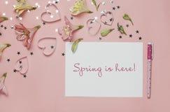 Frühlingsgruß mit Blumen Alstroemeria freier Raum für Text, copyspace Draufsicht, flache Lage Wörter Frühling ist hier Lizenzfreie Stockbilder