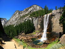 Frühlingshafte Fälle mit Regenbogen, Yosemite Nationalpark Stockfotografie