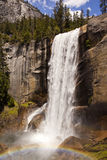 Frühlingshafter Fall mit Regenbogen in Yosemite Nationalpark Stockbilder