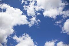 Frühlingshimmel mit weißen Wolken und blauem Himmel stockbilder
