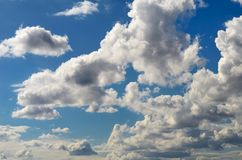 Frühlingshimmel morgens, bedeckt mit Wolken lizenzfreies stockbild