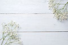 Frühlingshintergrund, Blumenrahmen auf blauem Holztisch Fahnenmodell für den Tag der Frau oder Mutter-, Ostern, Frühlingsfeiertag lizenzfreies stockbild