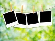 Frühlingshintergrund mit Fotos auf Seil Stockfoto
