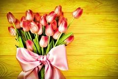 Frühlingshintergrund mit Tulpen lizenzfreie stockbilder
