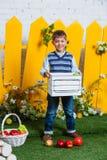 Frühlingsjunge mit Äpfeln Lizenzfreie Stockbilder