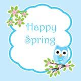 Frühlingskarte mit netter Eule auf Blumenniederlassungsrahmen Stockbilder