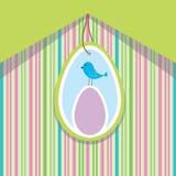 Frühlingskarte mit Osterei und Vogel Lizenzfreies Stockfoto